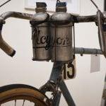 particolare borracce davanti su bicicletta